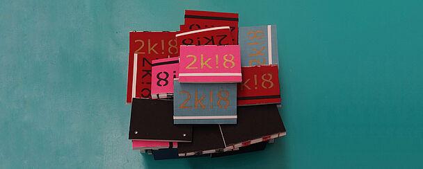 Stapel selbstgefertigte Kalender von oben