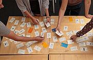 skillcards-Karten mit Symbolen am Tisch