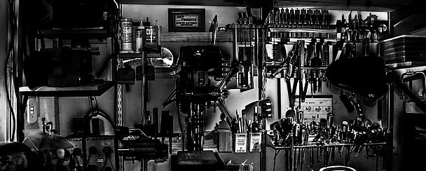 Eine Wand mit Werkzeugen