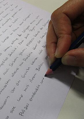 Eine Person schreibt einen Text.