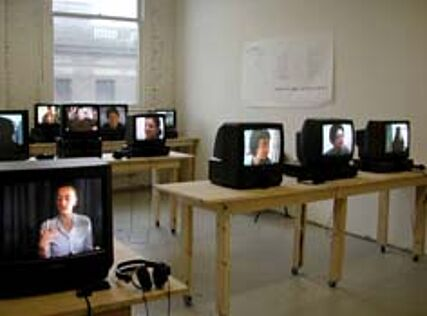 Andrea Geyer & Sharon Hayes Cambio de Lugar | Change of Place | multi-chanel Video-Installation | 2000