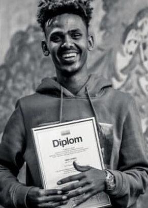 Junger Mann mit Diplom in der Hand