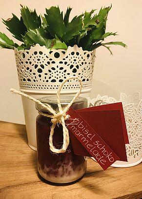 Ein Glas Ribisel-Schoko-Marmelade